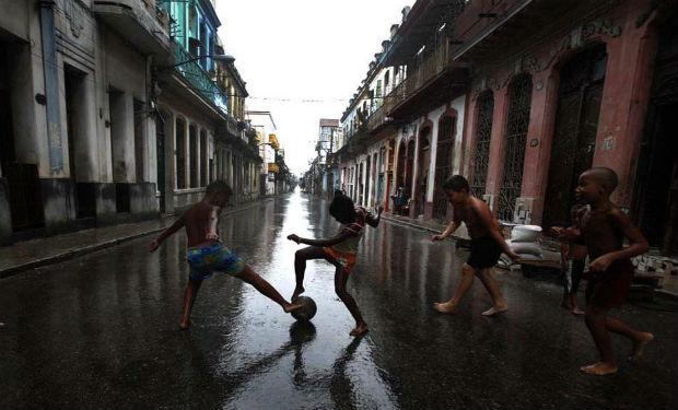 havana-live-Niños cubanos juegan en La Habana