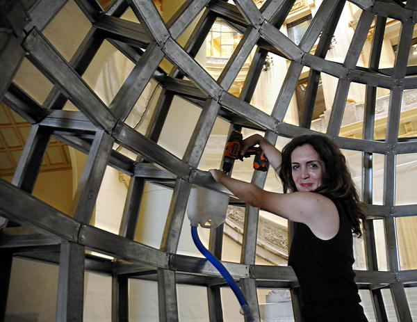 La artista neoyorkina Mary Mattingly, durante los preparativos de  la colección del  Museo del Bronx, que estará abierta al público el próximo día 21 en el Museo Nacional de Bellas Artes, en La Habana, Cuba, el 14 de mayo de 2015. AIN FOTO/Abel PADRÓN PADILLA