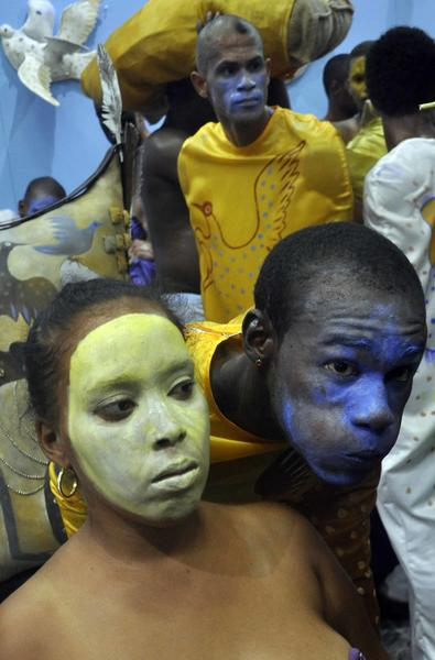 Performance del artista cubano Manuel Mendive, Los colores de la vida, en la galería Víctor Manuel en la Plaza de la Catedral de La Habana Vieja, durante la XII Bienal de La Habana, Cuba, el 25 de mayo de 2015. AIN FOTO / Tony HERNÁNDEZ MENA/rrcc