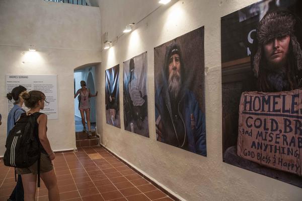 Fotografías pertenecientes a la serie Residentes de Nueva York, del fotógrafo cubano-americano, Andrés Serrano, durante la inauguración de Zona Franca, espacio colateral de la XXII Bienal de La Habana, en la  fortaleza San Pedro de la Cabaña, Cuba, el 21 de mayo de 2015. AIN FOTO/Abel ERNESTO