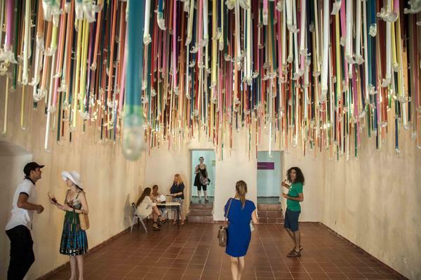 Instalacion La Necesidad de Otros Aires del artista cubano de la plástica Arlés del Rio, durante la inauguración de Zona Franca, espacio colateral de la XXII Bienal de La Habana, en la  fortaleza San Pedro de la Cabaña, Cuba, el 21 de mayo de 2015. AIN FOTO/Abel ERNESTO
