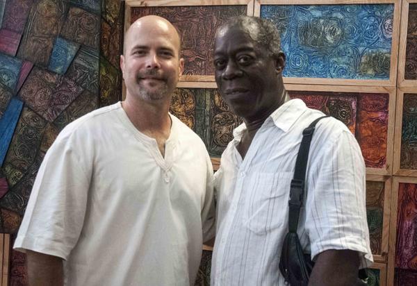 El héroe de la República de Cuba, Gerardo Hernández (I), posa junto al artista cubano de la plástica  Eduardo Roca Zalazar (Choco), durante la inauguración de Zona Franca, espacio colateral de la XXII Bienal de La Habana, en la  fortaleza San Carlos de la Cabaña, Cuba, el 21 de mayo de 2015. AIN FOTO/Abel ERNESTO