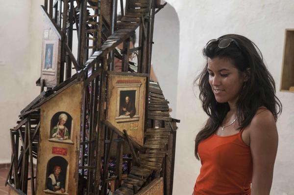Instalación perteneciente a la serie Babel del artista cubano de la plástica Rubé Alpizar, durante la inauguración de Zona Franca, espacio colateral de la XXII Bienal de La Habana, en la  fortaleza San Pedro de la Cabaña, Cuba, el 21 de mayo de 2015. AIN FOTO/Abel ERNESTO