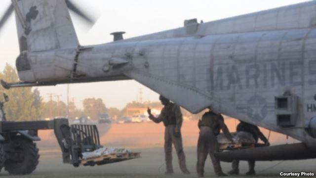 Marines estaounidenses descargan ayuda humanitaria para las víctimas de los terremotos en Nepal.
