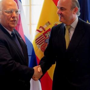 Cabrisas y De Guindos se dan la mano en Madrid este viernes 17 de julio. (LA CERCA)