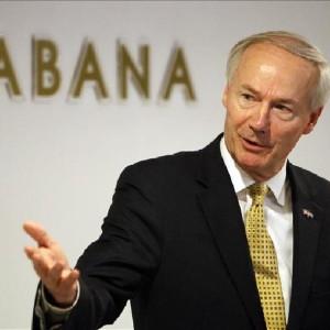 El gobernador de Arkansas, Asa Hutchinson, participa en una conferencia de prensa en La Habana (Cuba). EFE