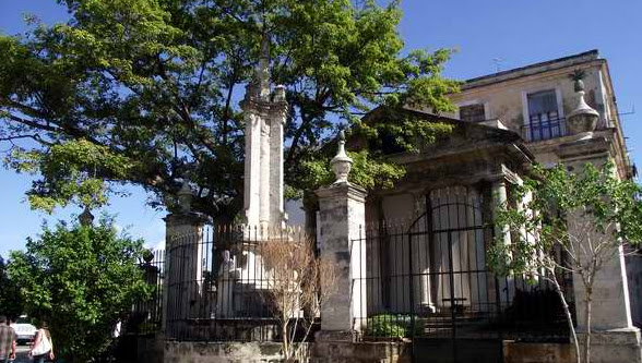 La población habanera ha convertido en tradición, acudir cada16 de noviembre a dar tres vueltas en derredor de la Ceiba sembrada en el Templete
