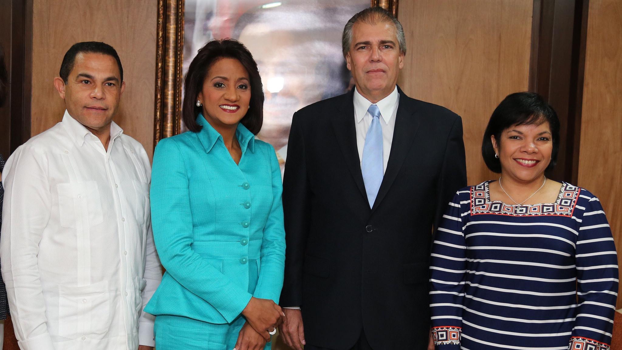 Primera-dama-Cándida-Montilla-de-Medina-y-el-embajador-de-Cuba-en-RD-y-otros-acompañantes.