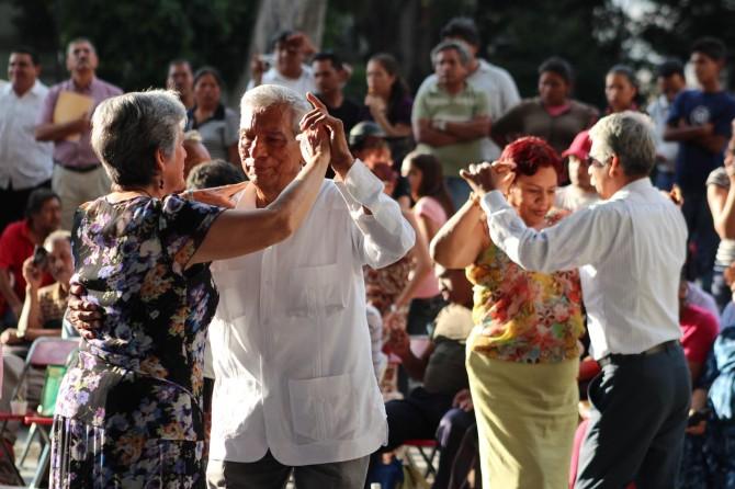 Bailan-bajo-el-Laurel-danzoneros-de-Oaxaca4