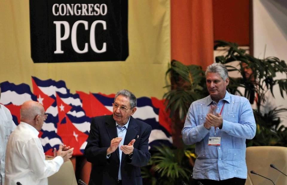 El gobernante Raúl Castro (centro), José Ramón Machado, segundo secretario del Partido Comunista (izq.), y Miguel Díaz-Canel, primer vicepresidente, durante una sesión del Séptimo Congreso del Partido Comunista, el sábado en La Habana.