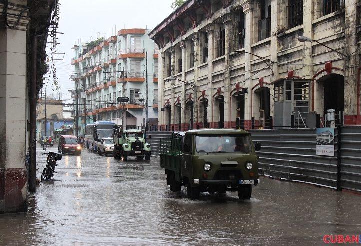 havana-live-En-los-alrededores-del-mercado-Cuatro-Caminos-se-acumulo-considerablemente-el-agua-lluvia-tormenta-Colin-722x493