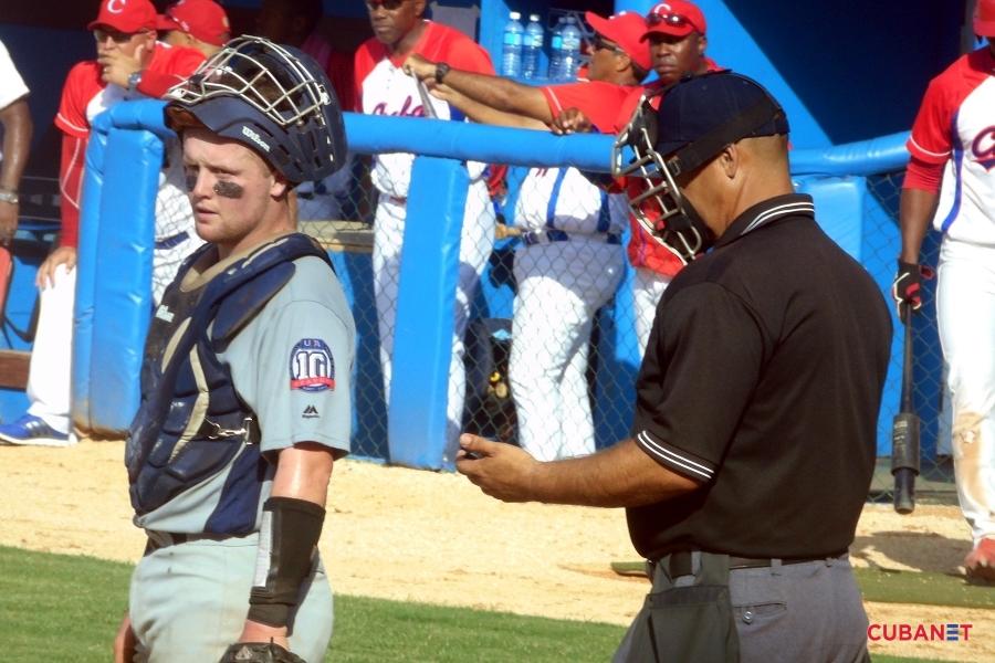 El-catcher-norteno-pidiendo-senas-al-banco-deporte-beisbol