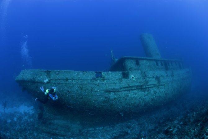 Buceador junto un barco hundido en Santa Lucía, en la costa de Cuba. / FRANCO BANFI