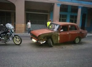 El auto marca Moskovich que se salió de su vía (Foto: Vladimir Turró)