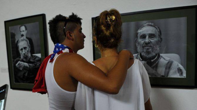 un-couple-visite-a-la-havane-l-exposition-fidel-dediee-au-pere-de-la-revolution-cubaine-le-12-aout-2016-a-la-veille-de-son-90e-anniversaire_5651997