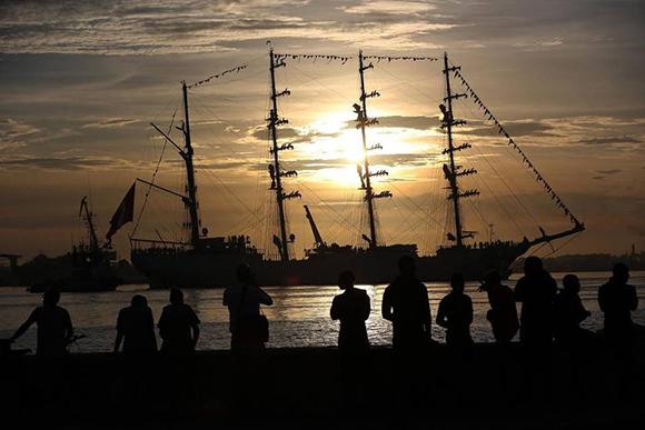 fotografia-donde-se-ve-el-buque-escuela-union-de-la-armada-de-peru-a-su-arribo-hoy-martes-13-de-septiembre-de-2016-a-la-bahia-de-la-habana-cuba-efe1