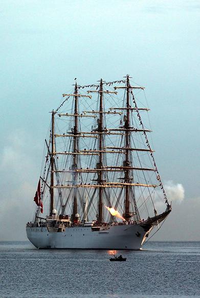 fotografia-donde-se-ve-el-buque-escuela-union-de-la-armada-de-peru-a-su-arribo-hoy-martes-13-de-septiembre-de-2016-a-la-bahia-de-la-habana-cuba-efe3