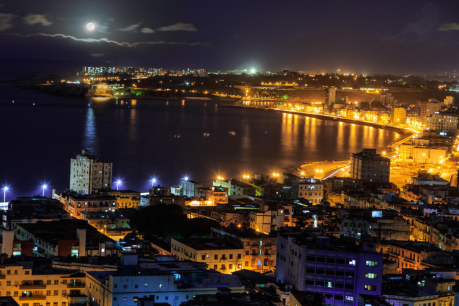 view-of-havana-city-at-night-levin-rodriguez