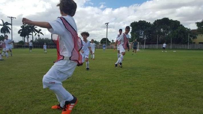 Jóvenes futbolistas aprenden los fundamentos del fútbol en el Big Five, en la clínica del Real Madrid el pasado 25 de noviembre (EL Nuevo Herald)