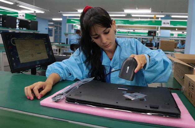 Cuba produce sus primeros 7,000 portátiles y tabletas