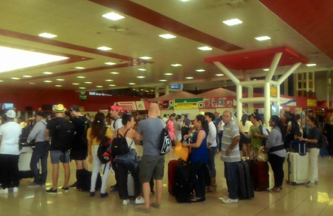 Retrasos y desvíos de vuelos en el aeropuerto de La Habana por el hundimiento de la pista de despegue