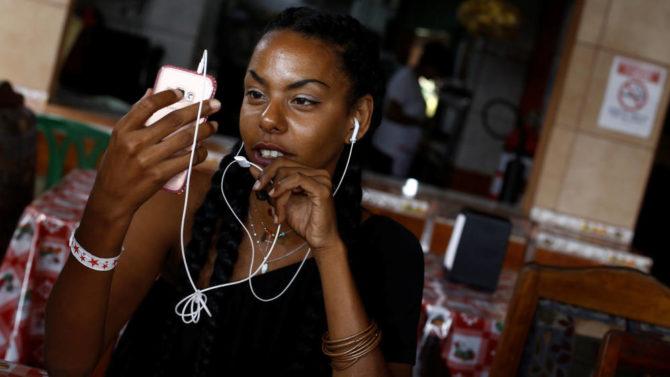 """Esta moda refleja el 'boom' de las redes en Cuba: """"La gente se conecta como sea"""""""