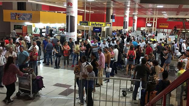 Retrasos y turistas varados en aeropuerto José Martí de La Habana