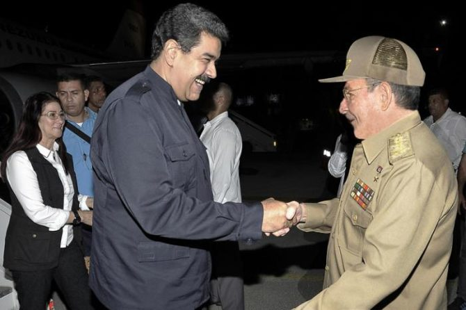 Maduro llega sorpresivamente a La Habana para entregar donación por huracán