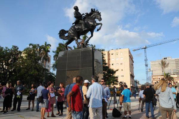 Colocan en La Habana réplica de estatua ecuestre de Martí traída de EE.UU.