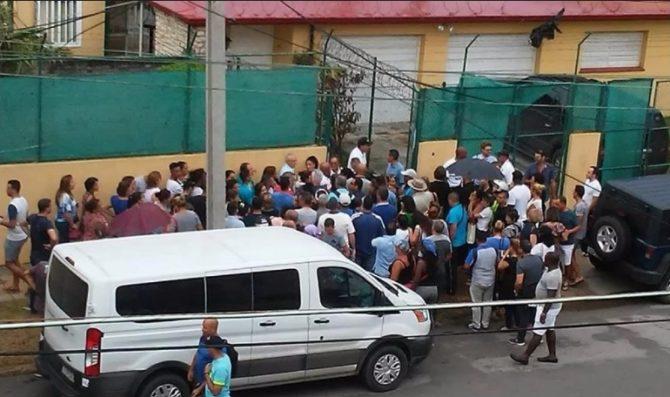 Diplomáticos estadounidenses venden sus pertenencias antes de abandonar La Habana