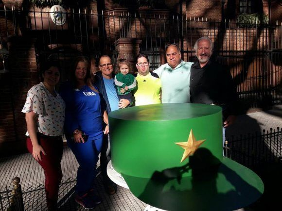 Argentina envía una réplica gigante del tope de Fidel Castro a La Habana