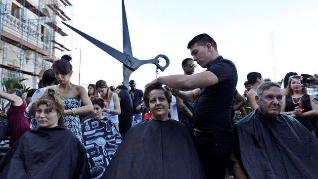 Peluqueros celebran su día con corte simultáneo en calle de La Habana