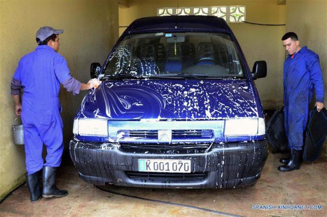 Un cubano en Cojímar implementa planta de lavado de autos con agua de lluvia y reciclada