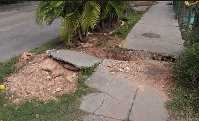 El humorista Ulises Toirac protesta por un hueco en una calle de su barrio en La Habana