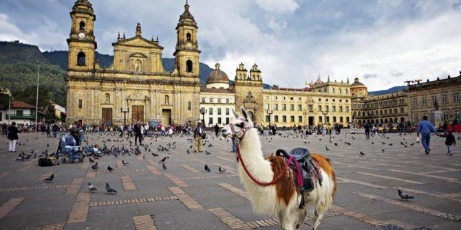 Turoperadores colombianos ofrecen paquetes de viajes para los cubanos que van a la embajada de EEUU en Bogotá