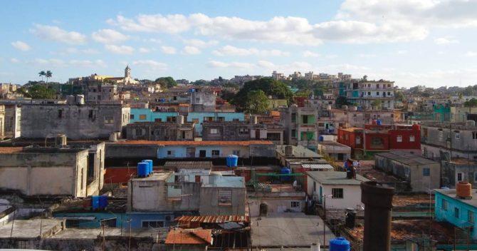 ¿Por qué los techos y azoteas de La Habana son un mar de tanques azules?