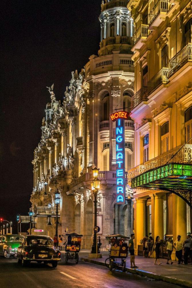 Artista cubano ilumina La Habana restaurando luces de neón