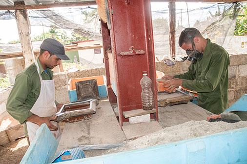 Una familia pinare a crea una f brica de losas de pisos for Fabrica de pisos