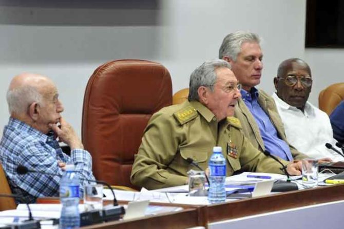 Raúl Castro admite errores y desaceleración de reformas económicas en Cuba