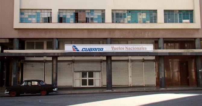Cubana de Aviación ha suspendido la venta de boletos de los vuelos nacionales hasta nuevo aviso. En las oficinas aparece un cartel que informa a la población la decisión, aunque no explica el por qué.