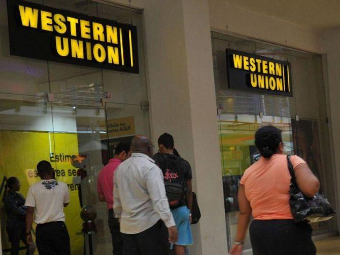 Western Union, vacía de dinero y llena de cubanos preocupados
