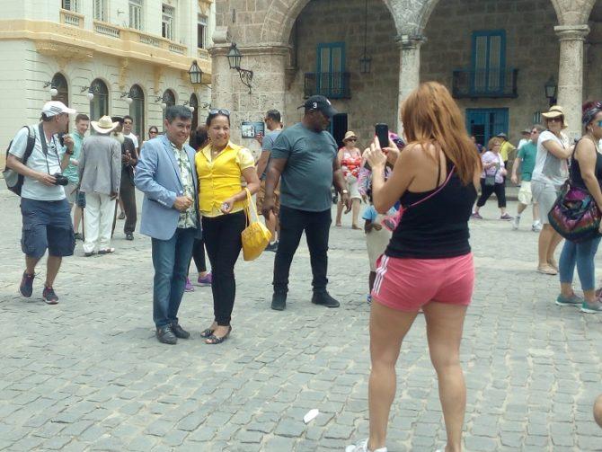 Sorprenden al cantante Álvaro Torres caminando por calles de La Habana