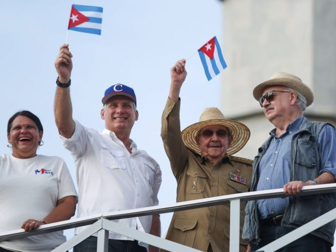 Miles de personas marcharon en Cuba junto al nuevo presidente en el Día del Trabajo