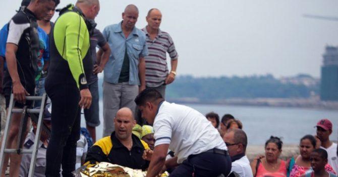 Rescatan con vida a un niño que cayó al mar en el Malecón de La Habana