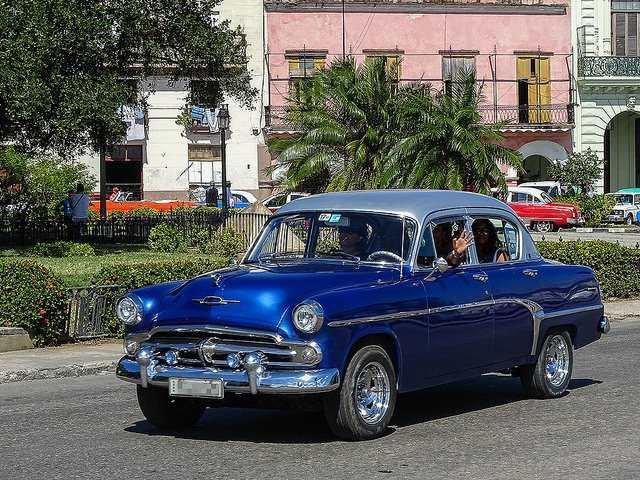 Exponen los mejores autos antiguos y modernos de Cuba