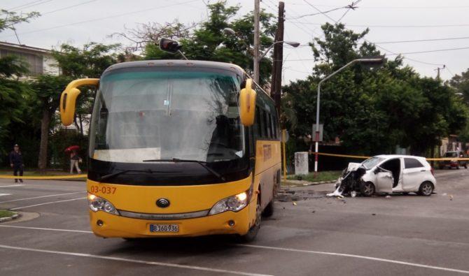 Un muerto al chocar un auto con un ómnibus en La Habana