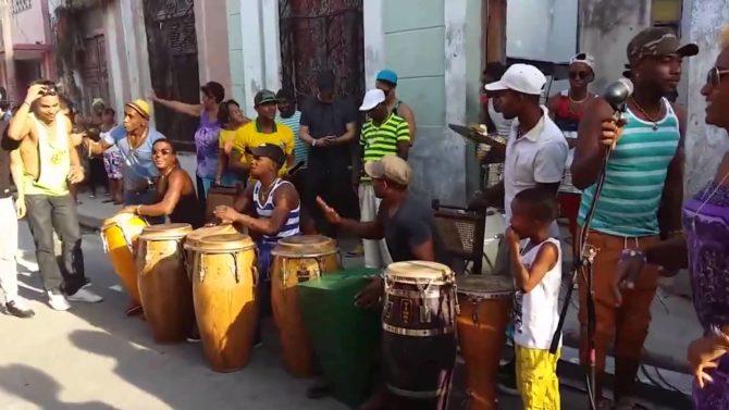 Los Muñequitos de Matanzas de concierto en La Habana