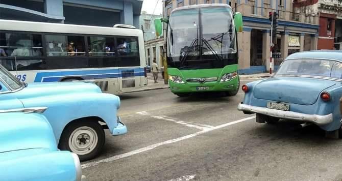 Cortes de tráfico en La Habana para celebrar el Día de los Padres y puerco asado en Santiago
