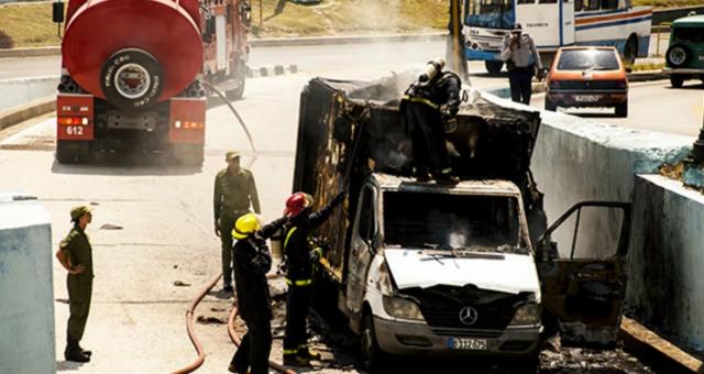 Furgón de carga se incendió en la salida del Túnel de La Habana