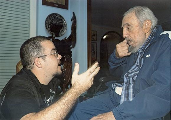 havana-live-Former Cuban President Fidel Castro talks to President of Cuba's University Students Federation Randy Perdomo during a meeting in Havana